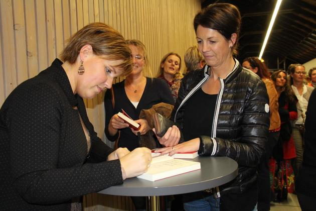 Erst lehrt sie das weibliche Publikum Schlagfertigkeit, dann signiert Nicole Staudinger Bücher. (Foto: Helga Wiechert)
